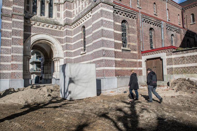 De kerk waar de markt plaatsvindt, is moeilijker te bereiken sinds het Sint-Amandsplein heraangelegd wordt.