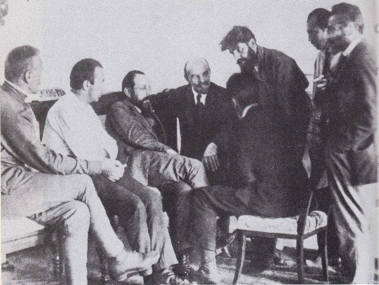 Henk Sneevliet (derde van links) naast Vladimir Lenin, op 1 juli 1920 tijdens het tweede wereldcongres van de Derde Communistische International. Uit: 'De GROe op de Overtoom, spionnen voor Moskou (1920-1940) van Igor Cornelissen. Beeld