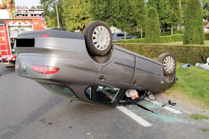 De auto belandde op zijn dak. De brandweer moest de chauffeur bevrijden.