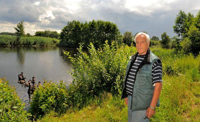 Markeloër Henk Noteboom was twaalf jaar geleden de initiatiefnemer voor een waterpark in Markelo en staat hier bij de plek waar dat zou moeten komen.