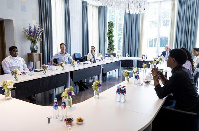 Premier Mark Rutte en minister Ferdinand Grapperhaus van Justitie & Veiligheid tijdens een gesprek op het Catshuis met mensen die deelnemen aan de betogingen tegen racisme en anderen die bijdragen aan het maatschappelijk debat hierover.