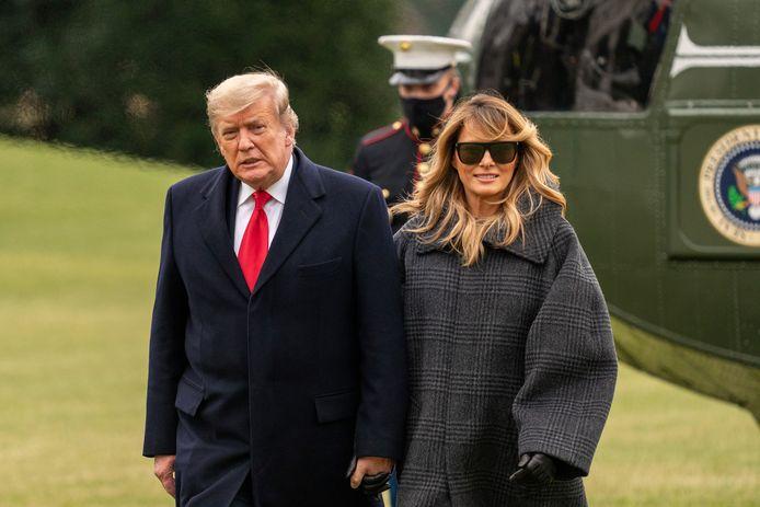 President Donald Trump en First Lady Melania verlaten na landing in de tuin van het Witte Huis de Marine One-helikopter.