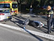 Scooterrijder gewond na botsing op auto in Alphen