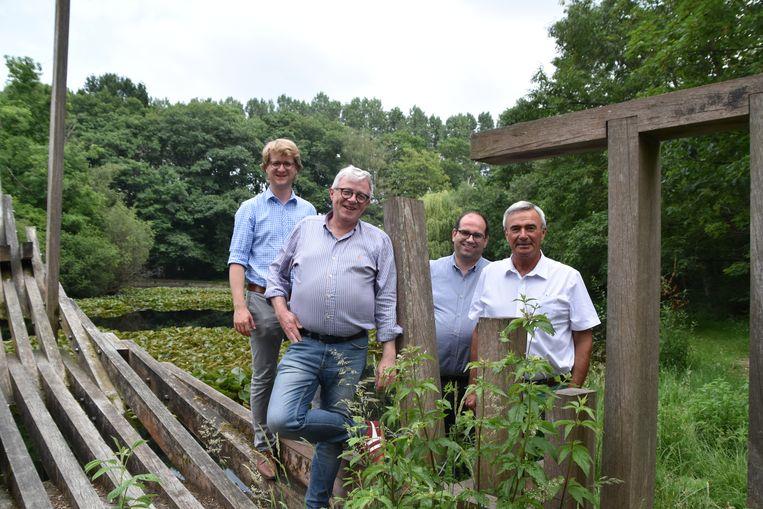 Schepen Brecht Warnez, Peter Detavernier (Woestijnzwijn), Stijn Verkinderen (Woestijnzwijn) en burgemeester Hendrik Verkest aan de Scheepsput in Wingene.
