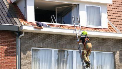 Klussende bejaarde wordt onwel, brandweer moet man uit dakgoot halen