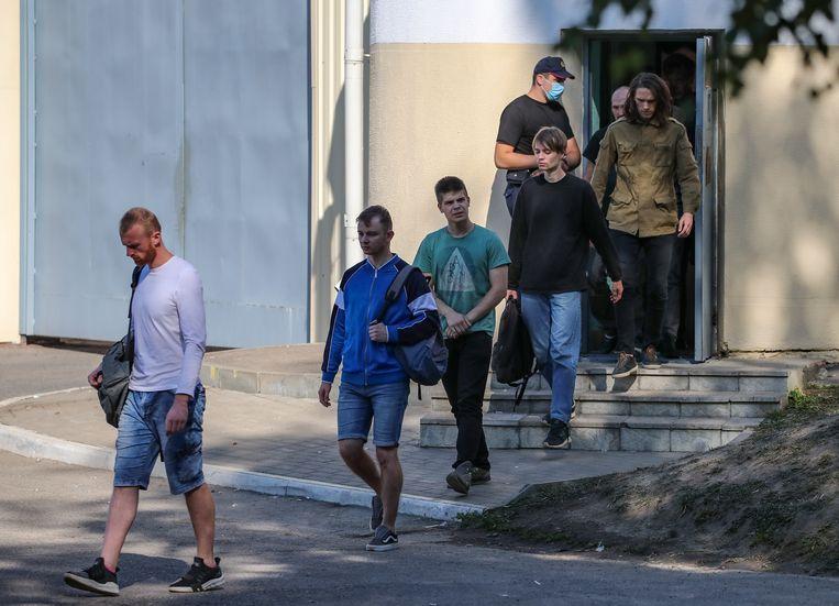 Opgepakte betogers in Wit-Rusland verlaten de gevangenis.  Beeld EPA