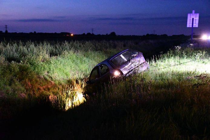 De zwaar beschadigde auto werd weggesleept.