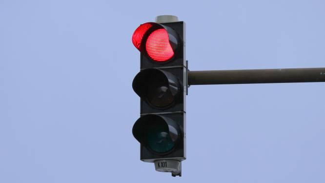 Bestuurster rijdt na 6,9 seconden door rood verkeerslicht: boete en rijverbod