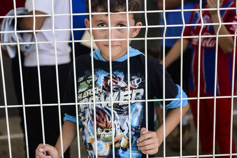Een jongetje wordt vastgehouden in een migratiecentrum in Ciudad Hidalgo in Mexico.