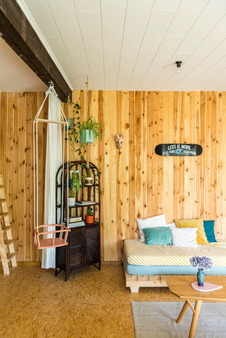Het gastenverblijf met uitzicht op de moestuin is een showcase van de Hannemans-stijl: een mix van recupmateriaal, duurzaam hout en tweedehandsmeubelen die regelmatig verwisseld worden.  Beeld Luc Roymans