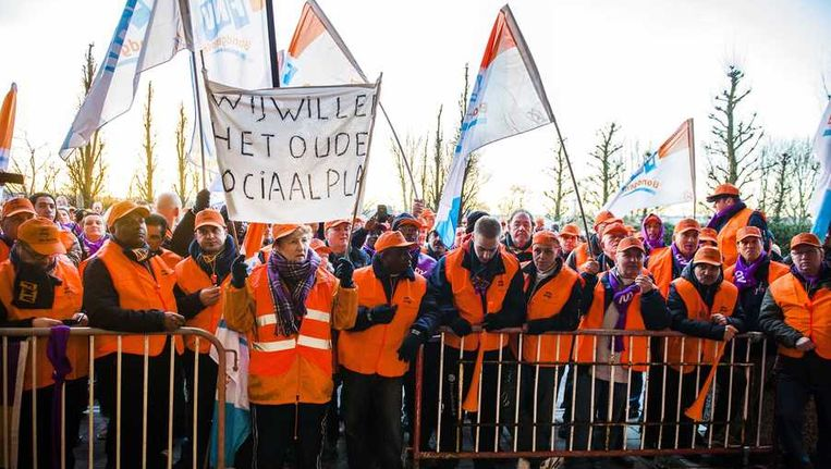 Medewerkers van FloraHolland staken voor een beter sociaal plan. Beeld anp