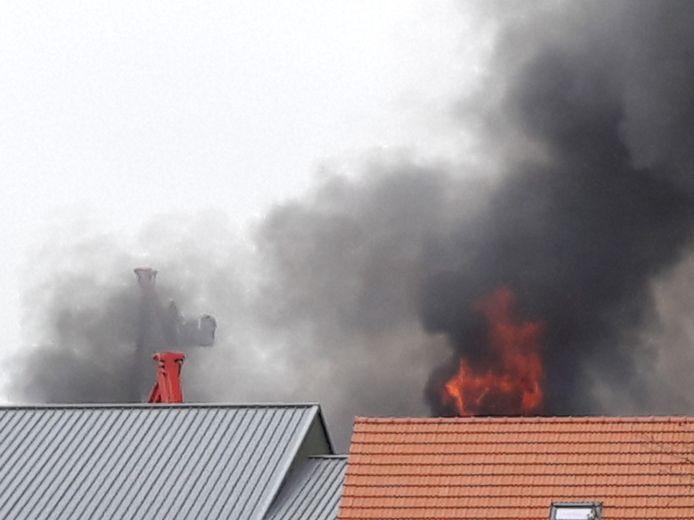 Een van de hoogwerkers die in actie kwamen bij de brand aan de Drielseweg in Hedel.