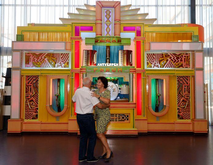 Burgemeester Marga Vermue en Theo Pijcke openen het orgelweekend in de Hooge Platen in Breskens met een dansje.