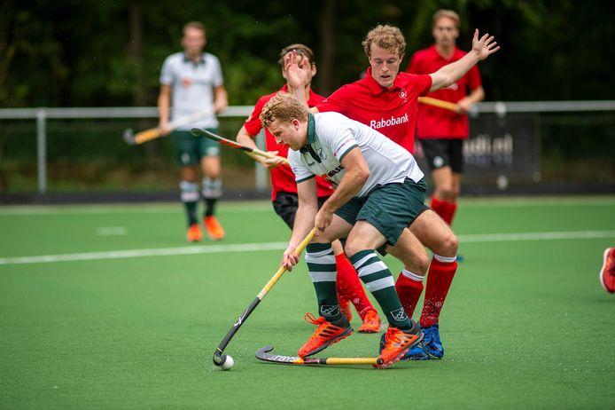 Ook Laurens Ashouwer (wit) kon Apeldoorn niet aan een doelpunt helpen.