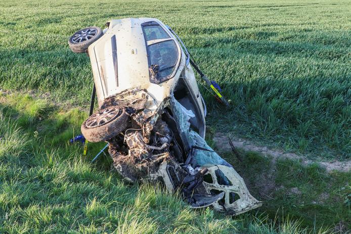 Een personenauto is vanochtend omstreeks zeven uur meerdere malen over de kop geslagen bij een ongeval op de Hannie Schaftweg net buiten Emmeloord.