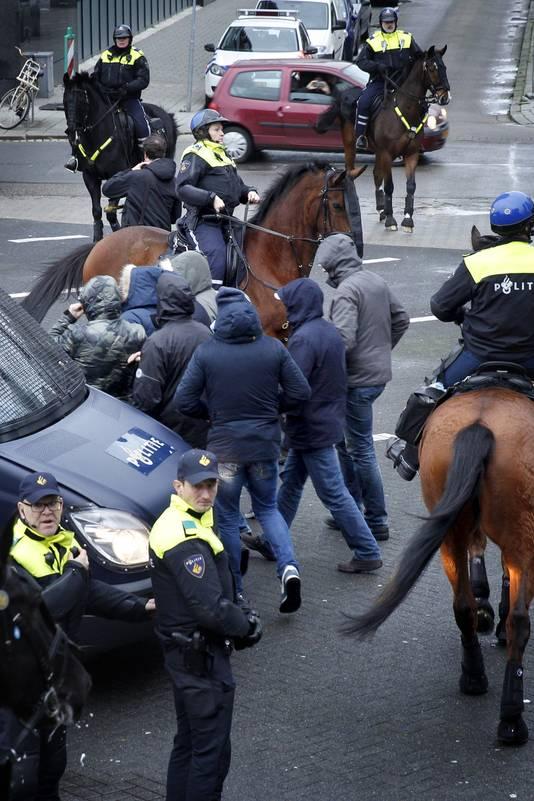 Politie te paard houdt AFA-actievoerders op afstand van de Pegida-betoging.