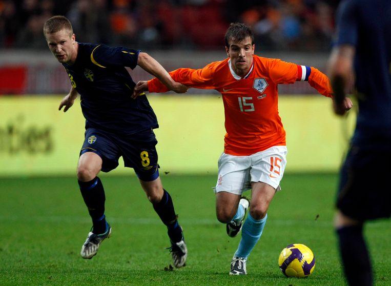 Rafael van der Vaart (r) in duel met de Zweed Rasmus Lindgren. Beeld ANP