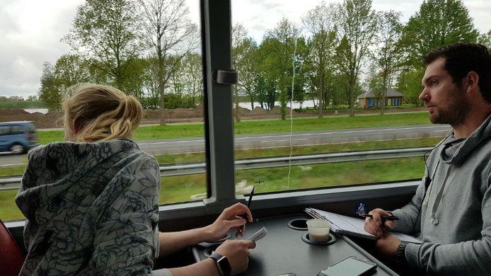 Pen, papier, touringcar en een kopje koffie. Het zijn de benodigdheden om appende truckers op de bon te slingeren.