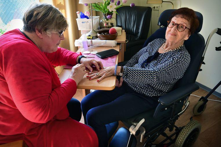 Betaalde mantelzorg in zorgcentrum 't Brook. Sylvia Creugers verzorgt haar dementerende moeder.  Beeld Marcel van den Bergh