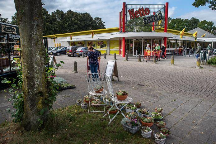 Het bloemenstalletje (l) en de Nettorama aan de Patrijslaan, in het midden van Strijen,  gelden als belangrijke ontmoetingsplaatsen voor de wijk.