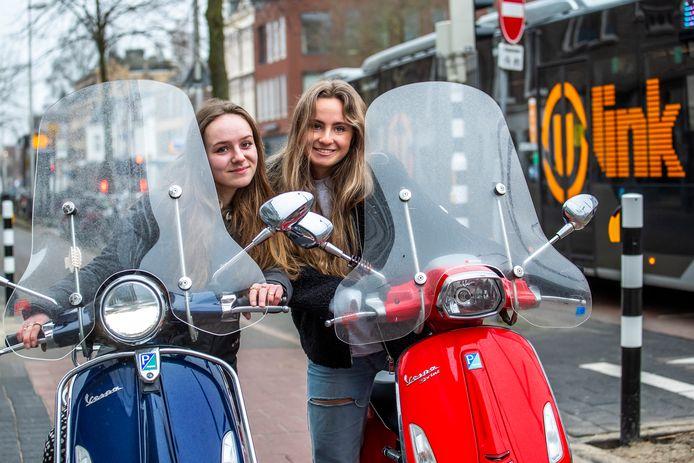 Sarah de Kruijff (l) en Laura van Laar (beiden 18) zijn een petitie begonnen tegen het verplicht op de rijbaan rijden voor snorfietsen.
