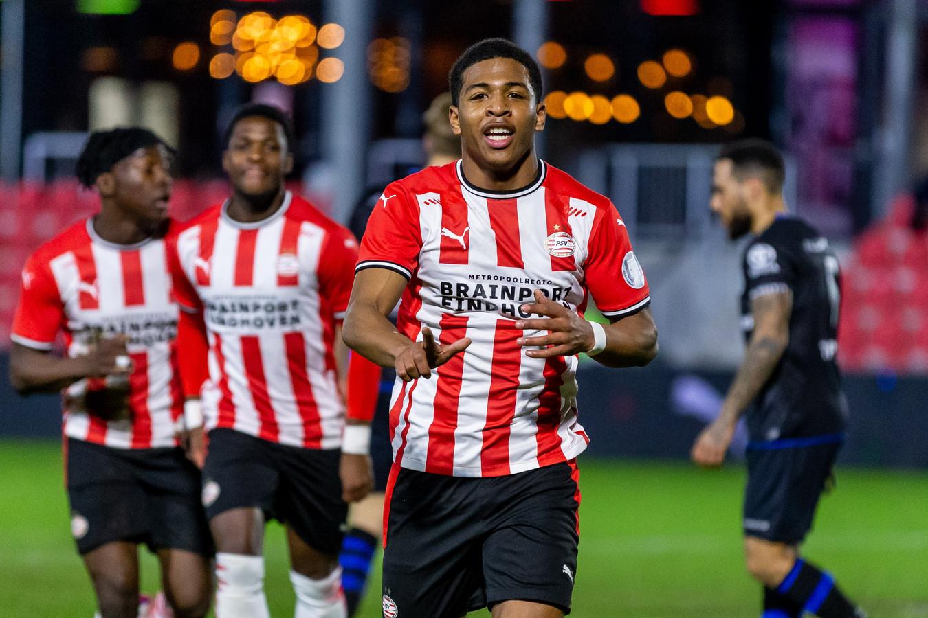 Shurandy Sambo is blij na een goal tegen FC Den Bosch.