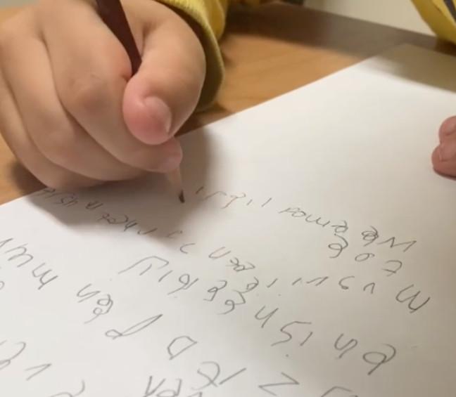 """Een leerling uit groep 4 aan het schrijven. ,,Hij houdt het potlood met de vuist vast, op deze manier lukt het niet om kleine bewegingen of letters te maken"""", aldus Overvelde."""
