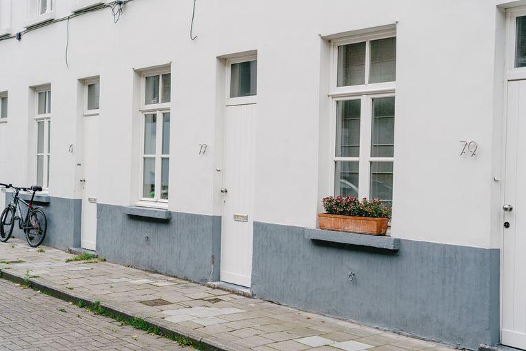 In heel wat Gentse buurten pik je de huizen er zo uit aan de hand van de identieke huisnummers die in roestvrij staal op de gevel prijken. Beeld Wouter Van Vooren