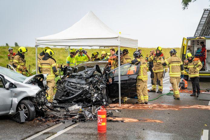 De brandweer heeft drie slachtoffers uit de auto's moeten bevrijden.