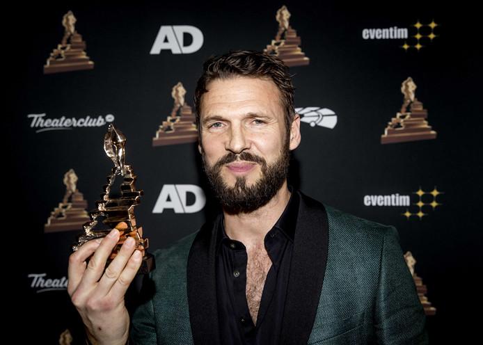 Pieter Embrechts met zijn award tijdens de uitreiking van het Musical Awards Gala 2020 in het RAI Theater.