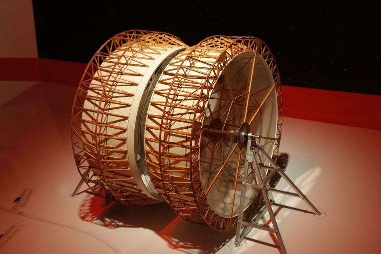 Schaalmodel van de Centrifuge, het centrale mechanisme in het cirkelvormige Space Station V. Beeld Uwe Dettmar/ Deutsches Filminstitut
