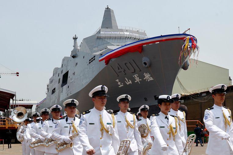 Taiwanese militairen bij een nieuw marineschip in de haven van Kaohsiung. De spanning tussen Taiwan en China loopt de laatste tijd op. Beeld EPA