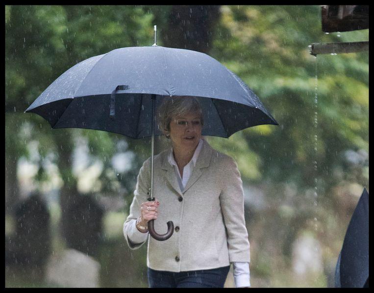 De Britse premier Theresa May verlaat een kerkdienst in Maidenhead. Beeld Photo News