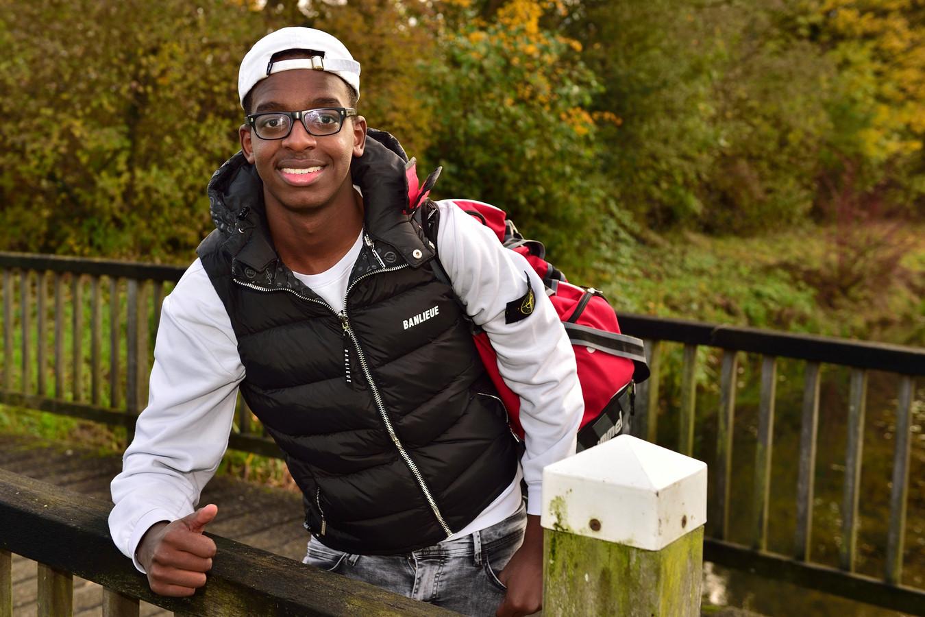 Sinds zijn tiende woont Groeneweg-voetballer Rist Muyizere alleen met zijn vader. Zijn moeder werd opgepakt toen ze in Rwanda wilde meedoen aan de verkiezingen.