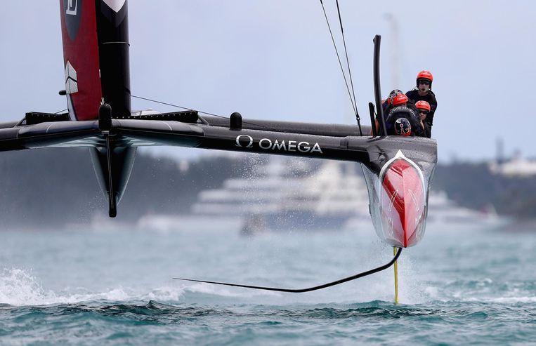 De draagvleugelzwaarden laten de catamarans door het water glijden een snelheid van 35 knopen. Beeld afp
