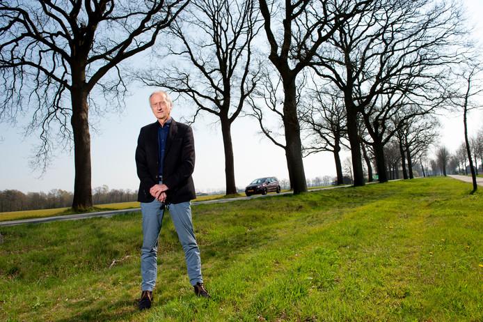 Ruurloër Jan Zappeij is tegen de maasale bomenkap langs de N319 tussen Ruurlo en Groenlo, maar zijn protest vindt geen gehoor.