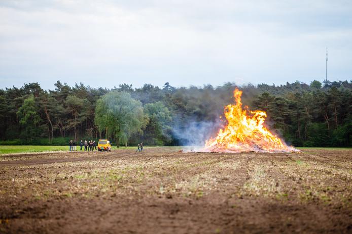 De bult in Dalmsholte mocht na de regen van gisteren nu toch in vlammen opgaan.