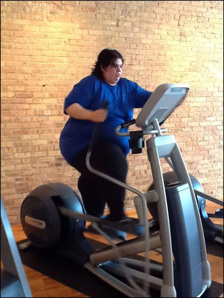 Een vrouw met overgewicht werkt aan haar lichamelijk conditie. Of dat nu beter is voor haar gezondheid of niet, daar geraken artsen het niet over uit.  Beeld Photo News