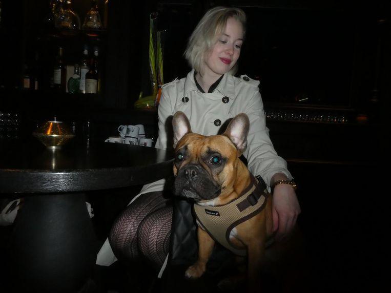 Grafisch ontwerper Silja Summanen, met Pulla. Wat vindt Pulla van het menu? 'Hij is meer van de malt whisky.' Beeld Hans van der Beek