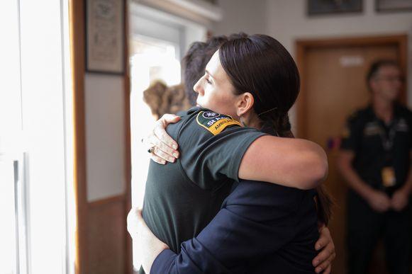 De Nieuw-Zeelandse premier Jacinda Ardern ontmoet de hulpverleners in Whakatane.