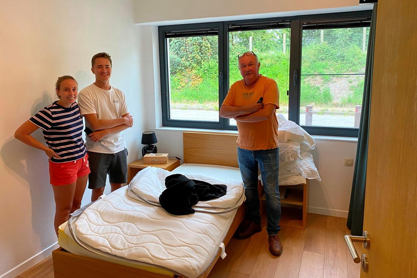 Ivana Boone, vriend Maarten Thomas en diens vader Bert van B&B Kapelhof in de recent vernieuwde kamer van de voortvluchtige nadat die door de politie doorzocht was.