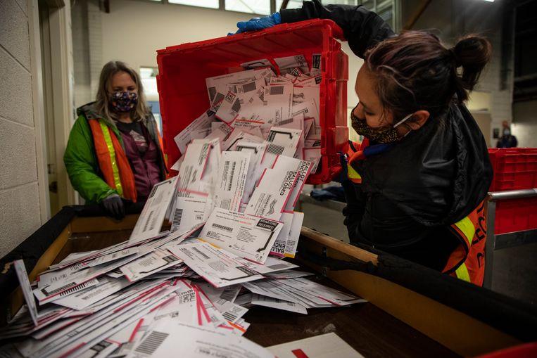 De stembureaus zijn druk bezig met het tellen van de stemmen Beeld AP