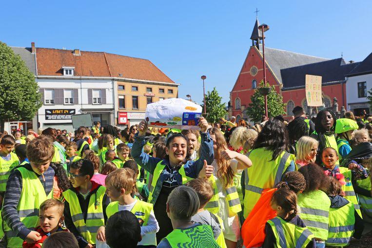 De actievoerders stapten van hun school naar het Gemeenteplein.