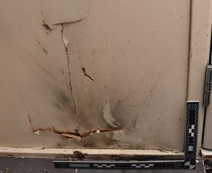 De schade in de woning in Elburg, waar op nieuwjaarsdag zwaar illegaal vuurwerk naar binnen werd gegooid.