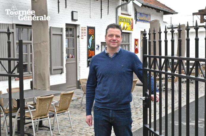 Sebastien Bonnier van retroherberg In Den Grooten Moriaen brengt deze week zijn terras in gereedheid.