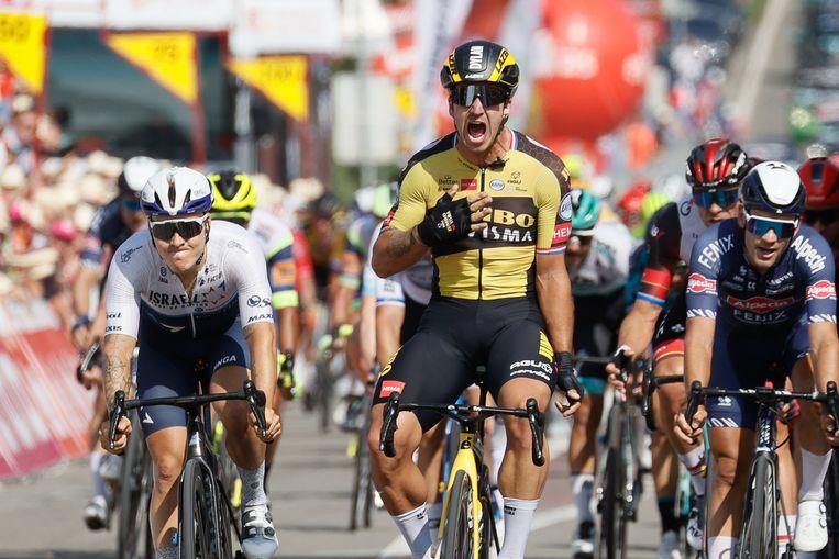Dylan Groenewegen schreeuwt het uit na zijn overwinning in de Ronde van Walloniê. Beeld BELGA