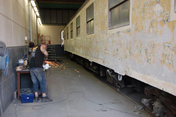 In de werkplaats van het Tilburgse reïntegratiebedrijf tROM werden treinen kaalgeschuurd. © Transition Town Tilburg