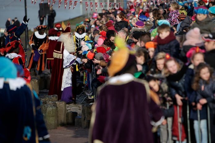 Sinterklaas werd ook in 2017 bij zijn aankomst aan de IJsselkade vergezeld door traditionele pieten.