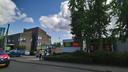 De Emté (rechts) krijgt nieuwe buren. Lidl gaat een supermarkt bouwen op de plek van het oude politiebureau en de brandweerkazerne (links).