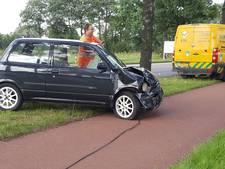 Auto botst achterop busje in Enschede